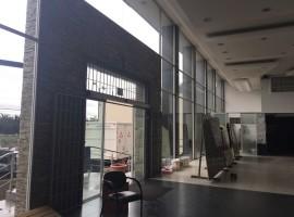 Galpón con elegantes oficinas, sector El Pinar
