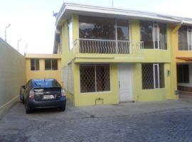Oportunidad casa 4 habitaciones, patio, balcón.... muy abrigada
