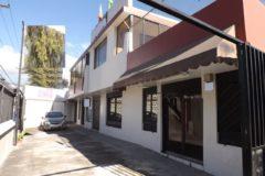 Casa con locales comerciales y departamento