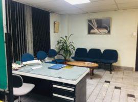 Oficina con vista a la Av. Colón